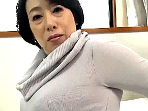 100cm爆乳で肩こりに悩む五十路熟女をマッサージで欲情させて中出しエッチ!柏木舞子