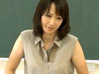 男子生徒との不倫愛に本気で溺れた美魔女教師が学校でやりまくり!安野由美