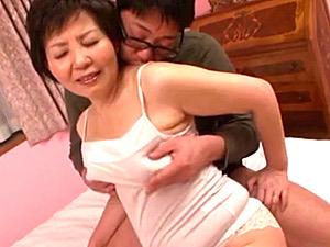 ピンク乳首の還暦母が息子に激しく突かれ絶叫中出しエッチ!八千草忍