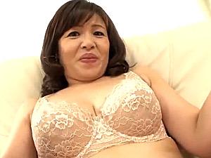 卑猥なデカ乳輪の巨乳熟女が初撮りエッチで高速ピストンされアヘアヘ!尾上早希
