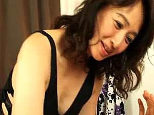五十路の美魔女教師が童貞生徒を言葉責めしながら手コキ抜き!安野由美