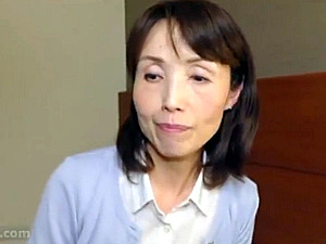 ガリガリ五十路熟女がセンズリ鑑賞に我慢できず上目遣いで手コキ抜き!隅田涼子