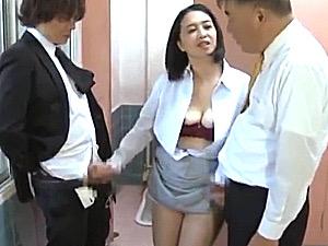 公衆便所でリーマン2人を逆痴漢する変態主婦!西條瑞枝