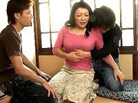 息子2人と3P近親相姦で筆下ろしする大柄巨乳のドスケベ母!霧島ゆかり