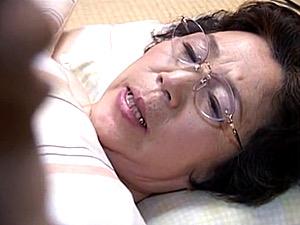 寝たきりの七十路熟女が冥土の土産に息子と近親相姦エッチ!坂本淑子