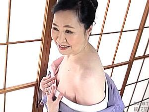 色白で肌の綺麗な七十路熟女がパイパン突かれて初撮り中出しエッチ!宮前奈美