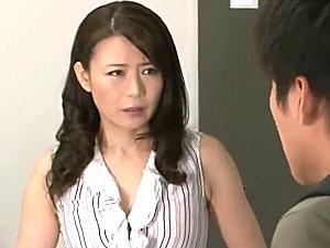 浮気妻がパート先の大学生に股がり性欲を爆発させ高速腰振りグラインド!三浦恵理子