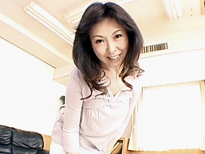 目尻のスケベボクロが色っぽい母が息子と担任教師と浮気エッチ!黒崎ヒトミ