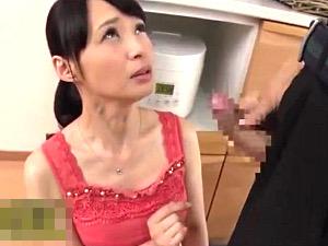 思春期の息子のガチガチ勃起チンポに鼻息を荒くする美魔女母!安野由美