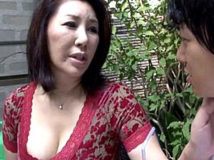 夫の単身赴任中に息子の同級生の若いペニスに狂い浮気する爆乳五十路熟女!庵叶和子