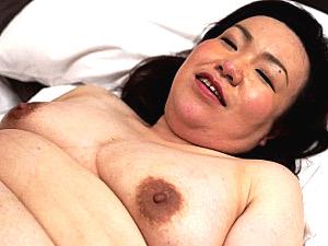 勇気を出してナンパした黒乳首のブサイク熟女に圧倒される若いイケメン!