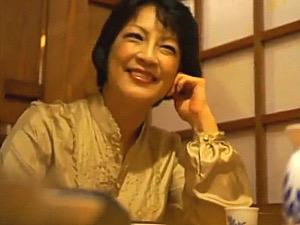 妖艶なパイパン五十路熟女が若いイケメンにナンパされアナルセックス!染谷京香