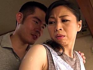 黒乳首の美熟女母が夫に隠れて息子と中出し三昧!吉野かおる