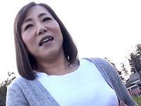 Eカップ巨乳のポッチャリ五十路熟女がナンパ中出しエッチで痙攣!上野ひとみ