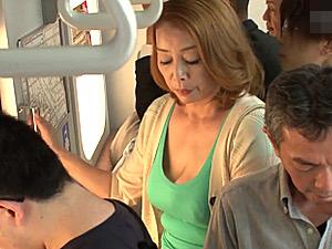 爆乳の金髪熟女が電車で痴漢師に堕とされ中出しエッチ!青井マリ