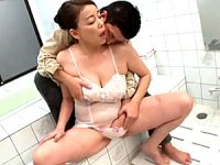 垂れ爆乳の大柄な五十路母が息子と風呂場で中出しエッチ!青井マリ