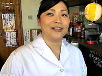 下町で中華料理屋を営む巨乳熟女が浮気する夫に復讐するためにAV出演!三峰かずこ