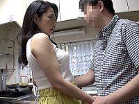 夫の傍で思春期の息子に寝取られ続ける母親!二ノ宮慶子