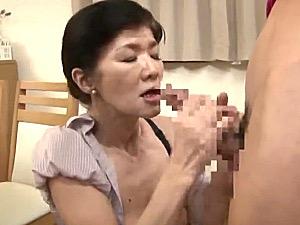 「ドンドン硬くなる〜」ガリガリ還暦母が息子をフェラ抜き!工藤留美子