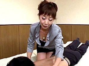 クラブの美熟女ママが若い男性客に股がり垂れ乳揺らし中出しエッチ!真木静乃