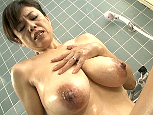 卑猥なデカ乳輪の垂れ乳を揺らし息子と合体する五十路母!時越芙美江