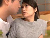 寂しい心の隙間を息子の同級生につけ込まれ痙攣イカされるアヒル口の母親!白山葉子