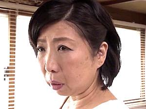 華奢な体で色気の薄い五十路母を押し倒し中出しする引きこもり息子!倉田江里子