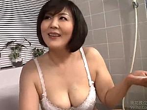 ムッチリ巨乳の五十路熟女が若い男を夜這いして濃厚セックス!円城ひとみ