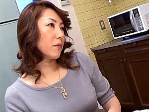 色っぽい茶髪の熟女母がマン毛の濃いワレメに中出しされ近親相姦エッチ!上野ひとみ
