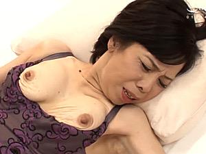 天然ワキ毛の還暦熟女が乳首を伸ばして中出し初撮りエッチ!田所真紀