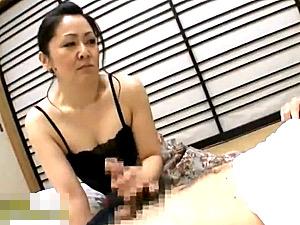 電話中の息子をフェラ抜きするチンポ中毒おっかさん!芳野京子