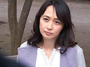 高飛車な五十路熟女の画家が公園で初老オヤジを逆ナンパ!安野由美