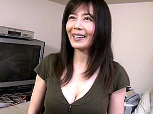 四十路男性をパイズリ抜きする美魔女の素人お宅訪問!三浦恵理子
