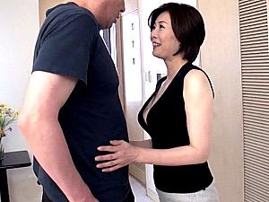 隣の旦那を誘惑して玄関でエッチしちゃうピンク乳首のドスケベ美熟女!羽鳥澄香