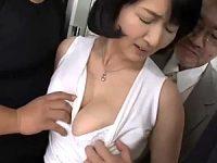 ピンク乳首でお椀型爆乳の五十路熟女が電車で廻され潮吹き中出しエッチ!上島美都子