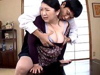 息子にオナニーを覗かれ押し倒される豊満な爆乳母!小倉和香