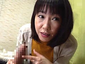 若い年下彼氏にイタズラする黒乳首の肉食浮気おばさん!福田由貴