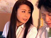 内気な童貞の男子生徒を誘惑する色っぽい美魔女教師!三浦恵理子