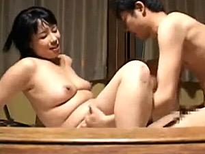 出張マッサージ師のおデブな熟女が若い男性客に抱かれて夢心地!