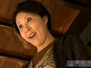 お爺ちゃんにバイアグラを飲ませ勃起チンポを使う変態人妻!菊川麻里