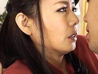 若い甥との唾液まみれの卑猥な接吻にハマった叔母!三浦恵理子
