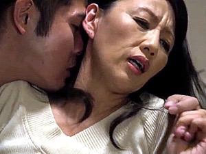 上品な五十路母が夫の隣で息子と寝取られ近親相姦エッチ!筑紫和歌子
