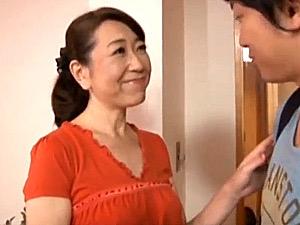 夫の長期出張中に添い寝した息子と禁断の関係に堕ちる五十路母!河合由美