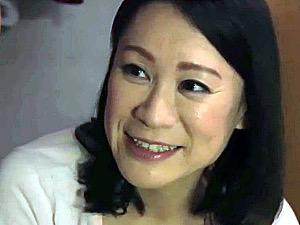 清楚な美人母が息子の朝勃ちに興奮して筆下ろしセックスで大絶叫!星野友里江
