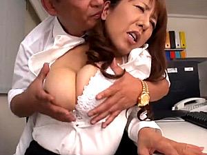 超垂れ乳のエロケバい熟女事務員が社長と社内エッチ!藤下梨花