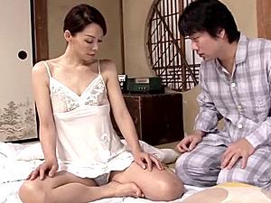 近所の童貞くんを筆下ろしする美熟女がオマンコの奥まで突かれ垂れ乳を揺らして泣きまくり!若松かをり