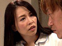 貧乳の美魔女母がラブホテルで童貞息子を筆下ろし中出しエッチ!井上綾子