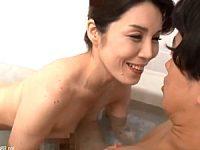 童貞息子をモテ遊ぶ卑猥なデカ乳輪とスケベボクロが色っぽい母親!今宮慶子