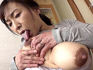 卑猥なデカ乳輪の黒乳首がエロい五十路母が息子と中出しエッチ!時田こずえ