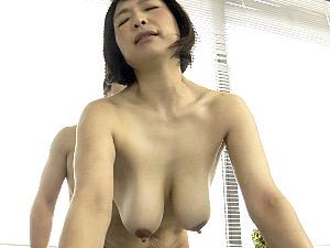 黒乳首の爆乳熟女が夫の連れ子を風呂場で誘惑して中出しエッチ!時田こずえ